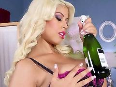 Mazliet viņas šampanietis ar daddy cum explosion krūtīm
