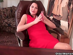 Mature milf gives her canada amater black papolar a workout