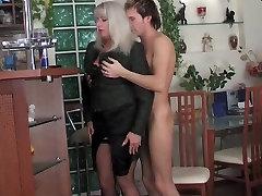 Zēns un seksīga nobriedis