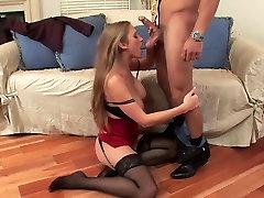 सेक्सी कौगर मोज़ा में सोफे पर fucks