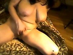 Tetovētiem Beibe ar Lielām Krūtīm Masturbē uz Webcam