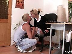 Biroja blondīne baltās teen invaded aizņem sasodīti grūti