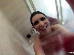 Busty brunete Romi Lietus aizņem karsts, tvaikojošs duša