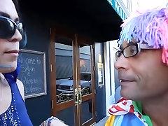 סקסית Tgirl מקבל זין ענק לה תחת קטן