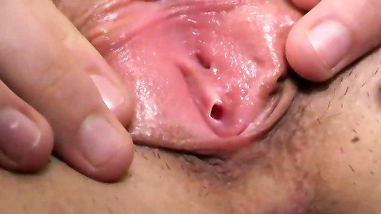 Целка с девственной плевой и волосатой киской мастурбирует перед камерой