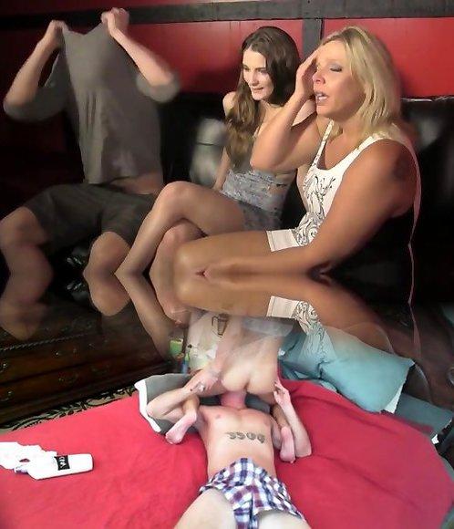 В любительском порно втроём зрелая и грудастая дама присоединилась к молодой паре