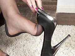 Dirty language, hot foot tease and toe sucking...perfect storm for foot lovers!