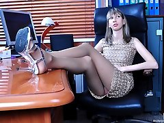 Long-legged office babe gets cummy feet after giving a steamy nylon footjob