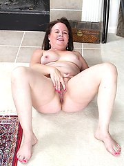 Mature amateur Felicia McDonald spreads hairy pussy.