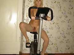 Amazingly looking sporty babe in stockings is burning to seduce you now