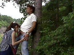 Japonés que sopla en la madera
