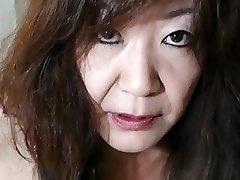 Japonés de la Abuelita muestra las Tetas y el Coño