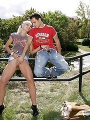 A couple boinking in public