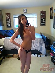 Teen bares it all in the mirror for her boyfriend