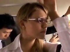 מיה גישש על האוטובוס