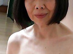 יפנית בוגרת פנטסטי עם פטמות
