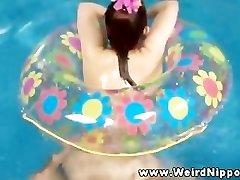 Orientale sex doll scopata in piscina da parte del proprietario,