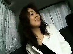 Seducente signora Giapponese lampeggia le sue belle tette e succhia un
