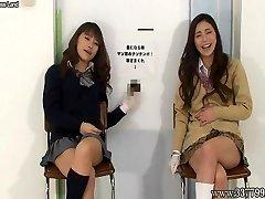 日本の女性handjob笑う