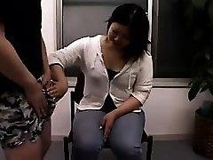 Séduisantes filles Japonaises de travail de leurs mains habiles sur har