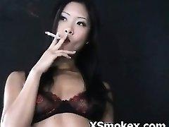 喫煙左のQrコードを読みハードコアやんちゃな肉感的なKinky Slut