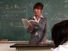 Učitelj dobi njen obraz creamed z njo študentov