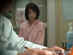 Vörös hajú ázsiai szépség lesz a mellek ellenőrzik, orvos
