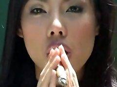 בחורה אסייתית עישון סיגר