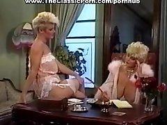 Pik aanbeden door retro rondborstige meisje