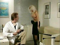בלונדינית טיפשה מנוצלת על הרופאים במשרד