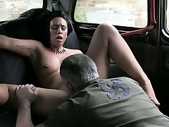 Amateur lady exchange her cooter with her taxi fare