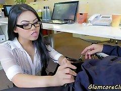 ázijské pornohviezdu búšila v kancelárii