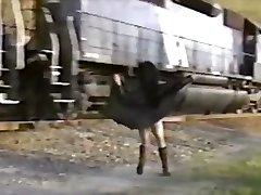 Ázijské dievčatá v zákopy srsti bliká vlak