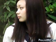asiático adolescente se frota y se hace pis