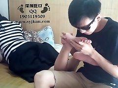 Китайский Студент Поклонение Ног