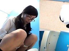 Azjatyckie nastolatki kucać, żeby się wysikać