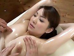 rozprávkové japonský model yuna aino v nadržaný trojky, masáž java-scény