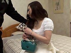 Stud libier brunetka, zatiaľ čo iný chlap je stláčanie jej kozy