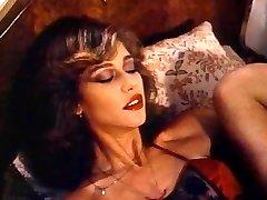 Retro Classic - Lady v Saténové Prádlo Rozkoš Sama