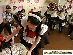 Mali Japanski sluškinja kažnjen za loše, a sve gledati