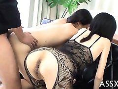 Ranzige blowbang van japanse playgirl met een butt-plug