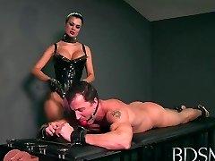 Sexy Saimniece mīl teasing viņas sub zēni cietā gailis, bet viņš ir handcuffed