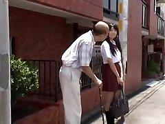 ungdom jap skolejente er forført av gamle mannen i buss