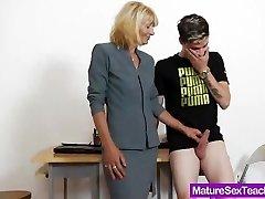 Maminku učiteľ hrá plus kohút