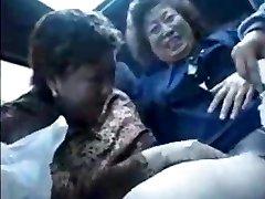 Babička aziati v autobuse