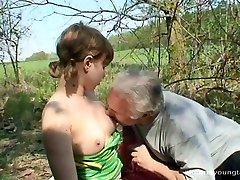 Extravagante amateur Ivanna da mamada a kinky papá antes de montar en él