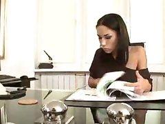 Mya Diamond. Sekretär