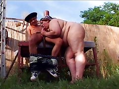 Fat chick vaginal pleasure in the garden