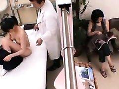 asian teen examinat cu atenție de către un medic