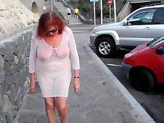 frumoasa matura se plimba prin oraș cu sâni goi